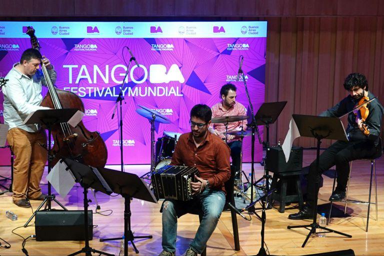 El contrabajista Juan Pablo Navarro presentó su nuevo disco, con su grupo, en el Festival de Tango