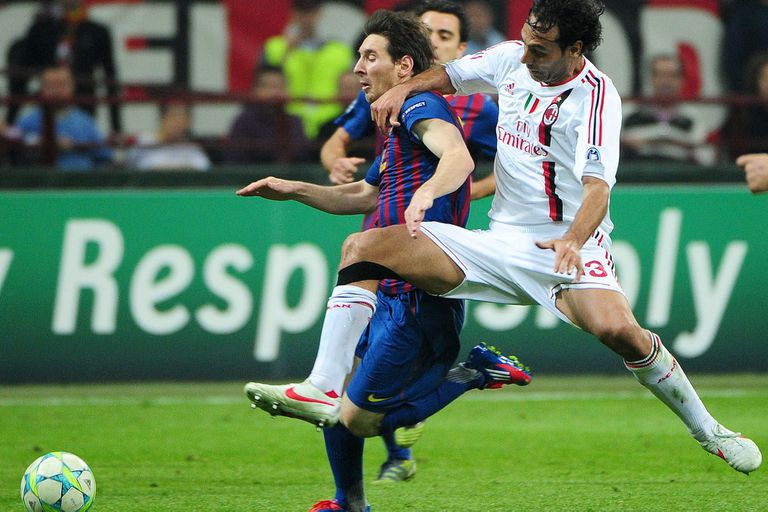 Alessandro Nesta se esfuerza por frenar a Lionel Messi en el duelo de marzo de 2012; el histórico defensor italiano sufrió mucho al argentino
