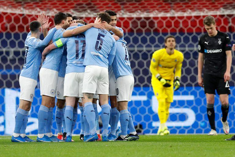 Kevin De Bruyne festeja junto a sus compañeros luego de anotar el primer gol del Manchester City durante el partido que disputan con el Borussia Moenchengladbach por la UEFA Champions League