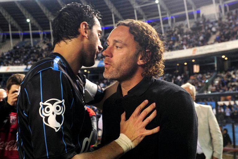 El saludo de Diego con Gabriel Milito antes del partido en el Cilindro