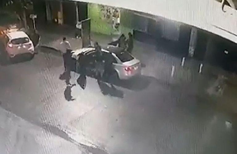 """Cinco delincuentes armados asaltaron en """"manada"""" a una pareja"""
