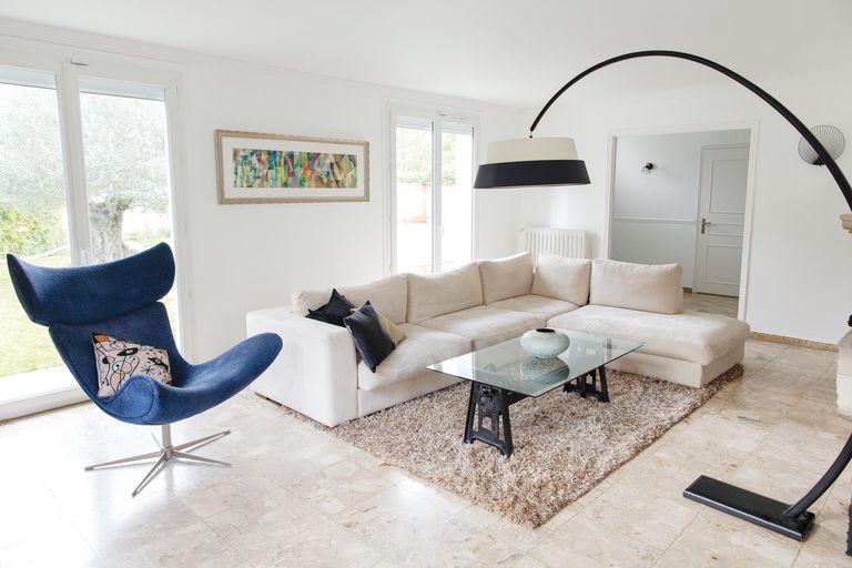 """""""Me gusta que la ambientación sea un equilibrio entre lo simple y, al mismo tiempo, elegante. Los muebles del living son de Bo Concept, una casa de diseño danés moderno"""" , cuenta Natacha."""
