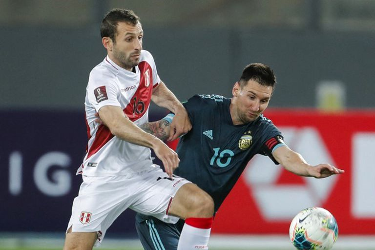 Lionel Messi, el capitán argentino, forcejea contra Horacio Calcaterra durante el último partido del equipo al que dirige Lionel Scaloni: fue el 2-0 a Perú en noviembre, en Lima; en junio se cumplirán siete meses de inactividad para los seleccionados sudamericanos.