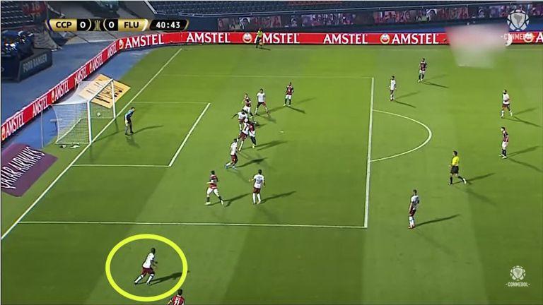 En la imagen se señala con un círculo al jugador de Fluminense que no fue advertido por el VAR al cobrar el offside.