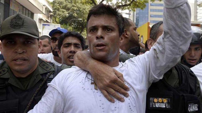 La orden de arresto contra López lo acusaba de instigación a cometer crímenes, incendio, daños a la propiedad, homicidio y terrorismo