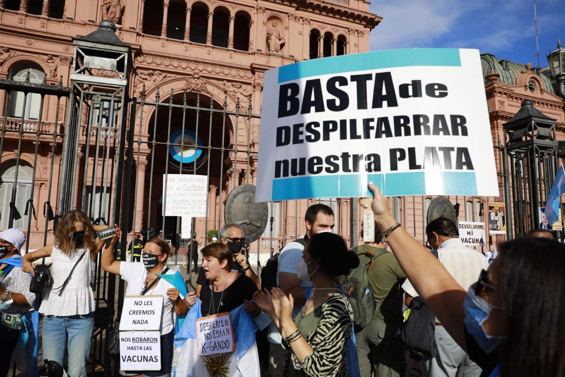 Los manifestantes de la marcha del 27F frente a la Casa Rosada