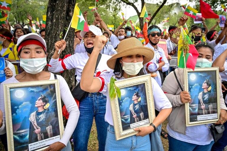 Manifestantes piden por la liberación de Aung San Suu Kyi, depuesta por el golpe de estado miliar en Myanmar
