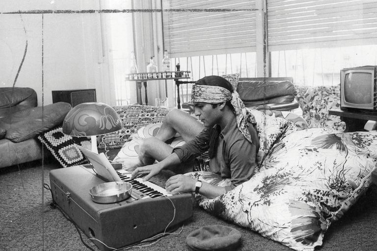 """Leonardo Favio retratado por Gente en marzo de 1971 """"componiendo en la intimidad de su casa"""", en los años en los que su éxito como cantante ayudaba a solventar sus proyectos cinematográficos"""