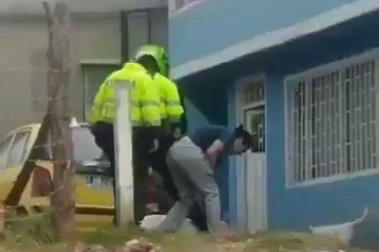 Indignante: grabaron a dos policías mientras golpeaban a un perro hasta matarlo