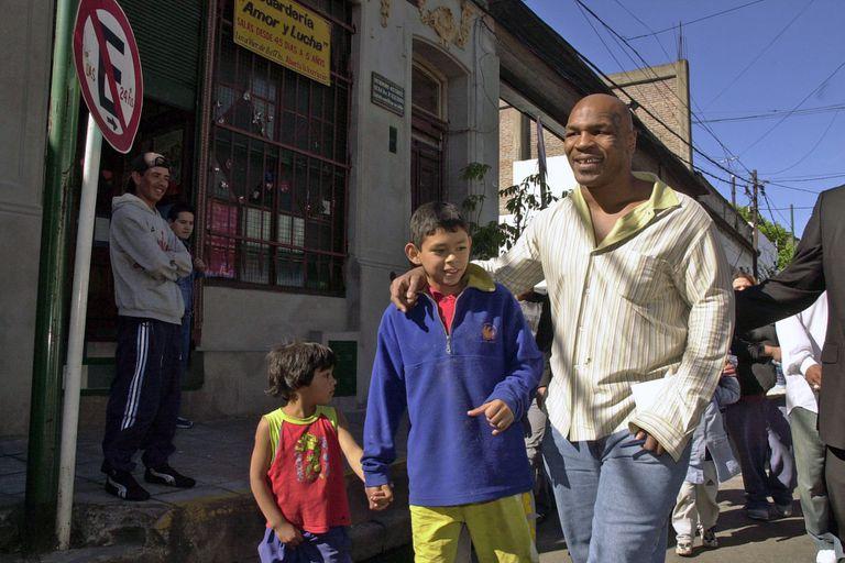 """El día que """"engañaron"""" a Tyson: pidió ver el barrio de Maradona y terminó en cualquier lado"""
