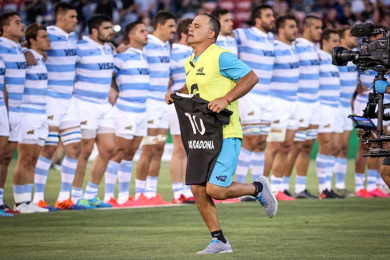 Nicolás Fernández Miranda retira la camiseta que los All Blacks les ofrendaron a los Pumas en respeto por la muerte de Diego Maradona.