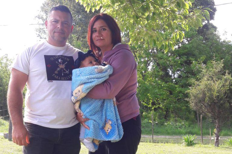 Gabriel Arturi,quiere ir a pelear a Nagorno Karabaj; en la foto con Flavia, su pareja, y Santiago, su hijo de tres meses