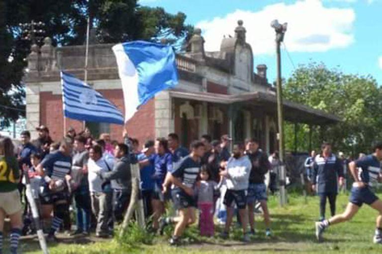 La ex estación de tren Trocha es la sede actual del club Marcos Paz; la reapertura del ramal Belgrano Sur dejaría sin lugar a la entidad.