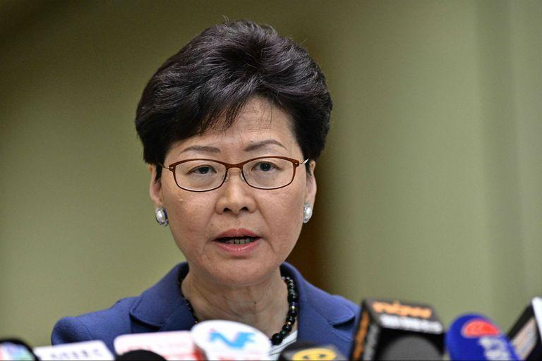 """La jefa de gobierno de Hong Kong, Carrie Lam, durante una conferencia de prensa; sus críticos la acusas de ser una """"marioneta"""" de Pekín"""