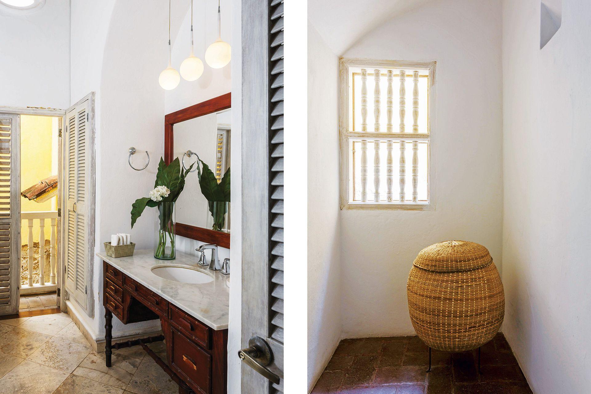 Un mueble antiguo que combina madera y mármol eleva un poco más al baño de la suite.