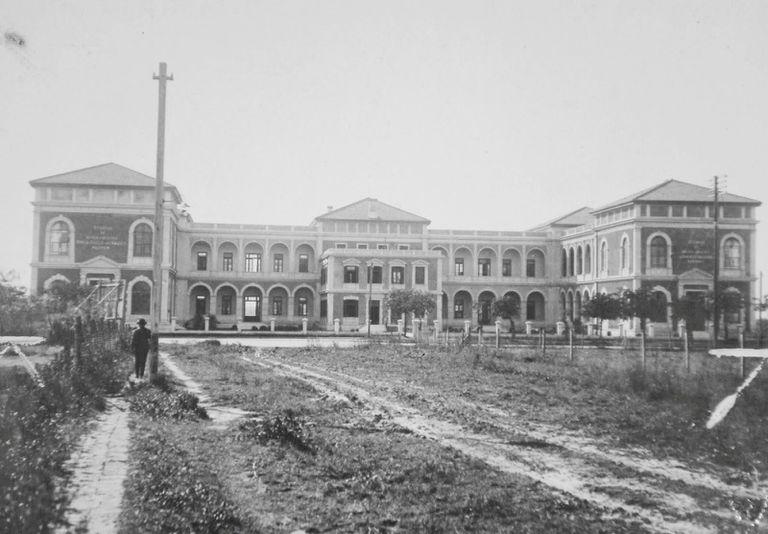 La escuela Raggio fue inaugurada en 1924 y contaba con dos pabellones, uno para las alumnas y otro para los alumnos