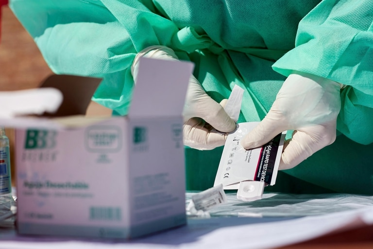 Operativo sanitario entre el municipio de Godoy Cruz y el Gobierno de Mendoza en el barrio Sol y Sierra, de Godoy Cruz. Se realizaron testeos rapido e hisopados si se daba algun testeo positivo. Mendoza, viernes 4 de septiembre de 2020.