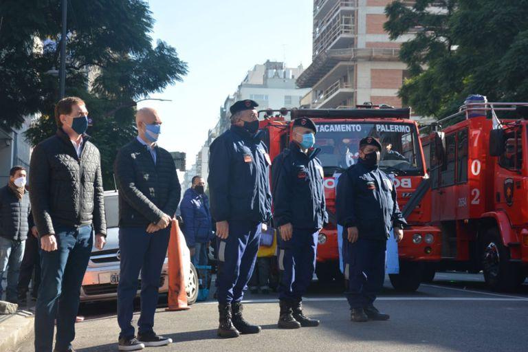 La Avenida Corrientes al 5300 se llenó de vehículos de bomberos de diferentes lugares de la ciudad que llegaron para el homenaje
