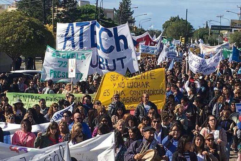 Fuertes protestas en Chubut contra el plan de emergencia del gobierno