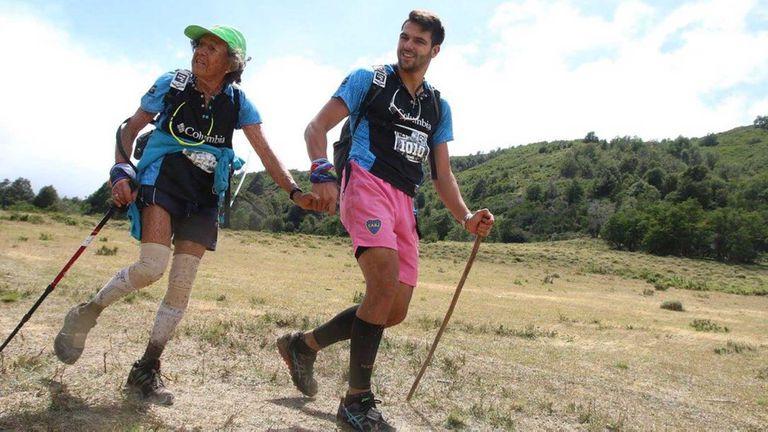 Una de las participaciones de Elisa junto a uno de sus dos nietos en uno de los desafíos de cruce de la Cordillera
