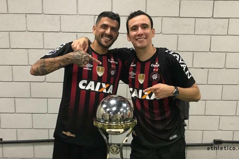 Lucho González con la copa de campeón de la Sudamericana 2018