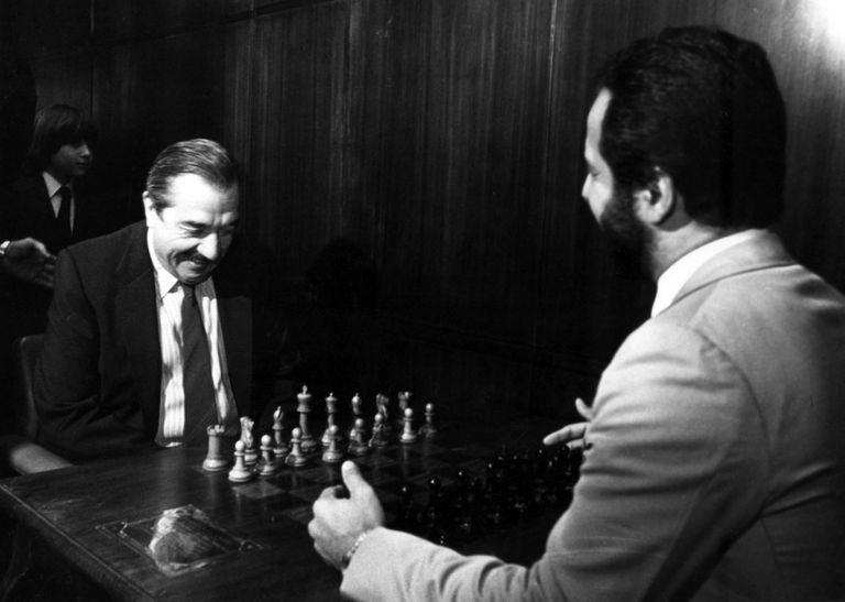 El presidente Raúl Alfonsín en momentos de iniciar una partida de ajedrez con el maestro internacional MIguel Angel Quinteros, el 12 de noviembre de 1984