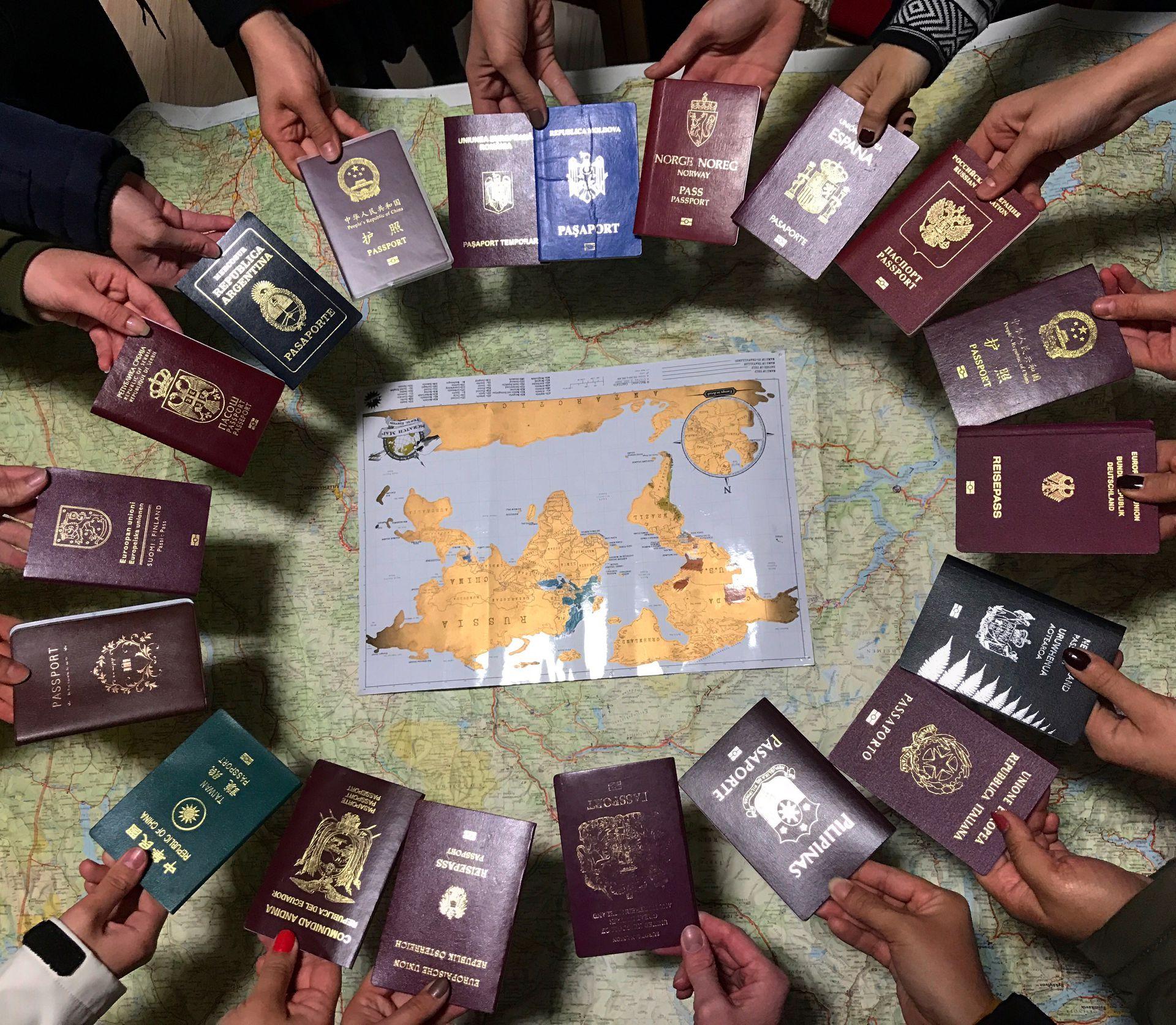 Los pasaportes de los compañeros con los que compartió cursada y formación.