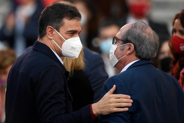 El presidente Pedro Sánchez habla con el candidato del Partido Socialista Español (PSOE), Ángel Gabilondo, durante su reunión de cierre de campaña para las elecciones regionales de Madrid