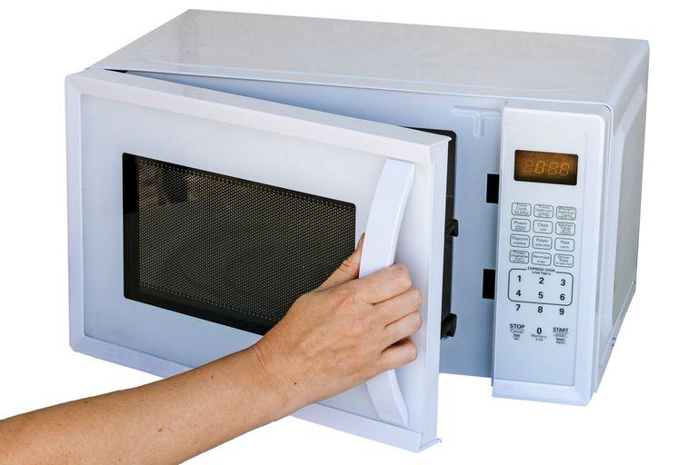 Por qué el reloj de tu microondas nunca está en hora