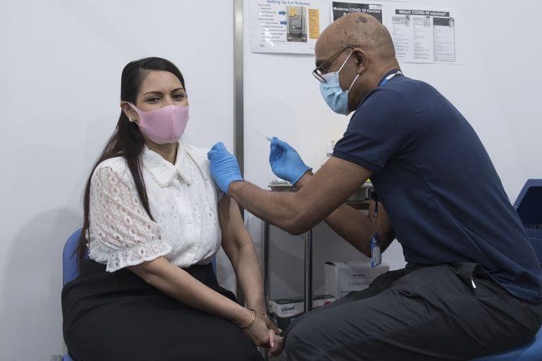 Científicos del King's College de Londres examinaron datos de alrededor de 1,1 millones de personas que habían sido vacunadas y descubrieron que solo 2278 adultos dieron positivo después de la inoculación