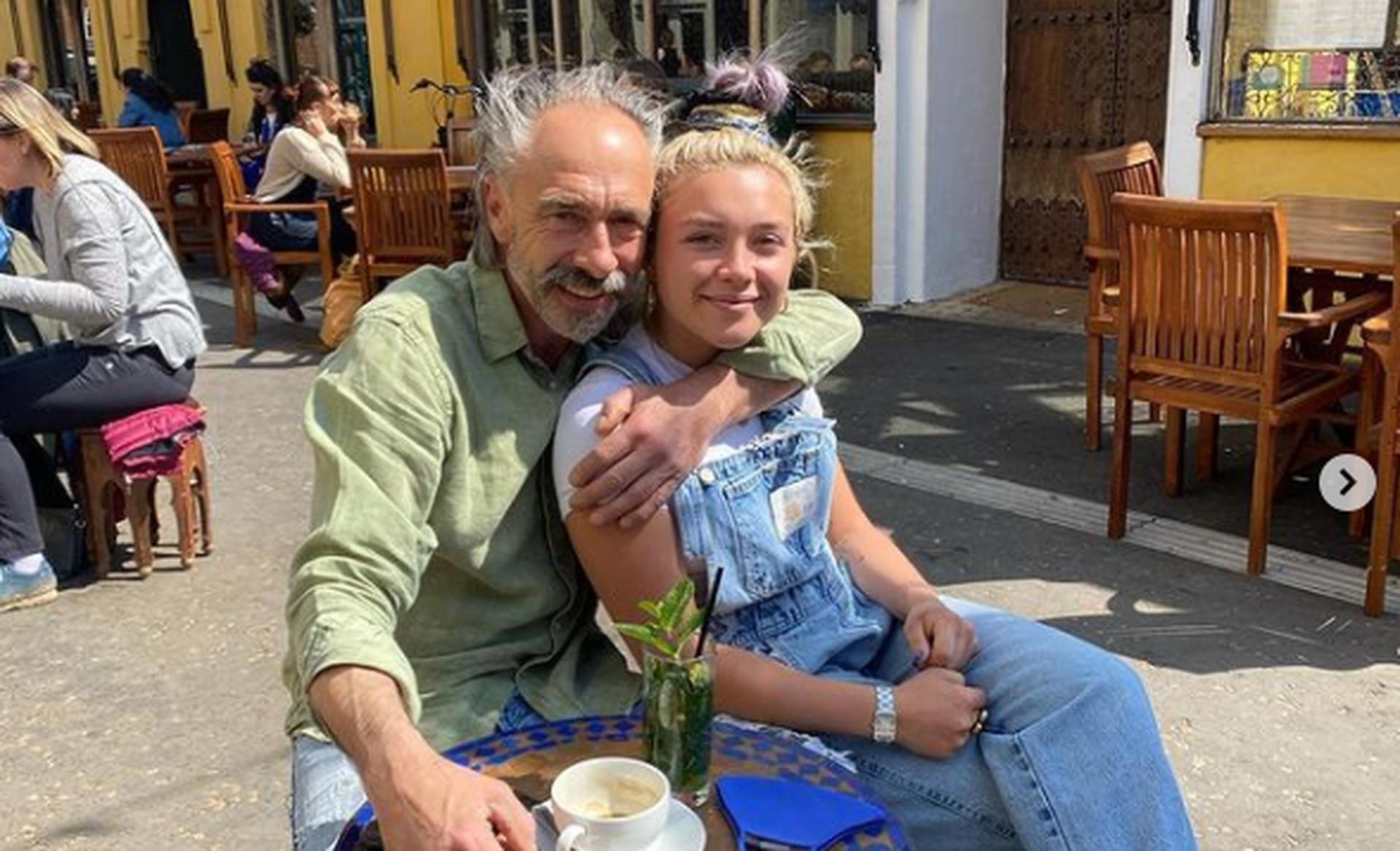 Florence Pugh junto a su padre