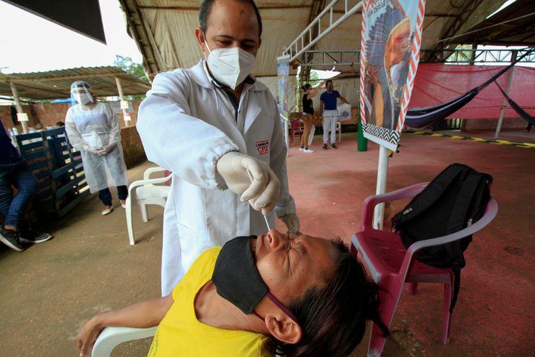 """""""La nueva cepa del coronavirus surgida en Manaos ya se encuentra en otras regiones del país, y es cuestión de tiempo que se vuelva dominante. En un mes ya debería prevalecer sobre otras en el monitoreo que hacemos"""", alertó el infectólogo Marcus Lacerda, de la fundación Fiocruz en el Amazon"""