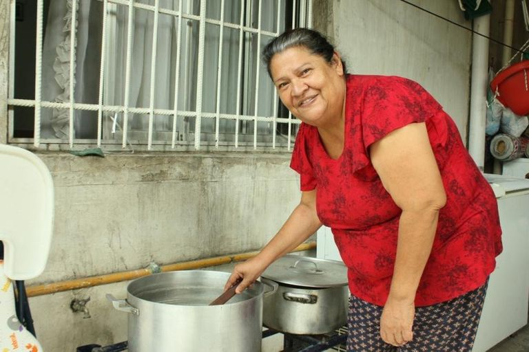 Ramona Cabrera vende empanadas y otras comidas caseras