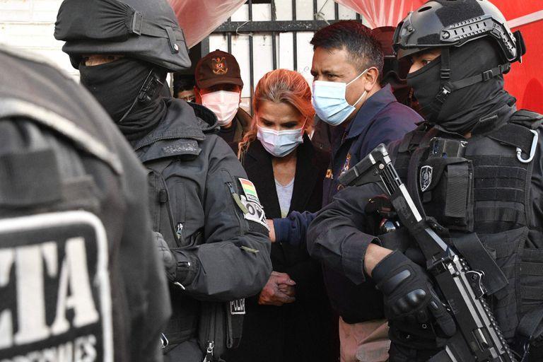 La expresidenta Jeanine Anez, escoltada por miembros de la policía de la Fuerza Especial contra el Crimen (FELCC) luego de ser arrestada en La Paz, en marzo pasado