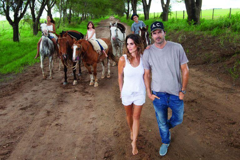 """Apenas dejó de llover, ensillaron los caballos para pasear. Detrás de María y Adolfito, sus tres hijos, Mia, Myla y """"Poroto"""", con quienes se mueven """"en bloque"""" por el mundo, tal como ellos definen. Después de esta producción en Córdoba, se instalaron en Palm Beach, donde el polista jugará el US Open"""