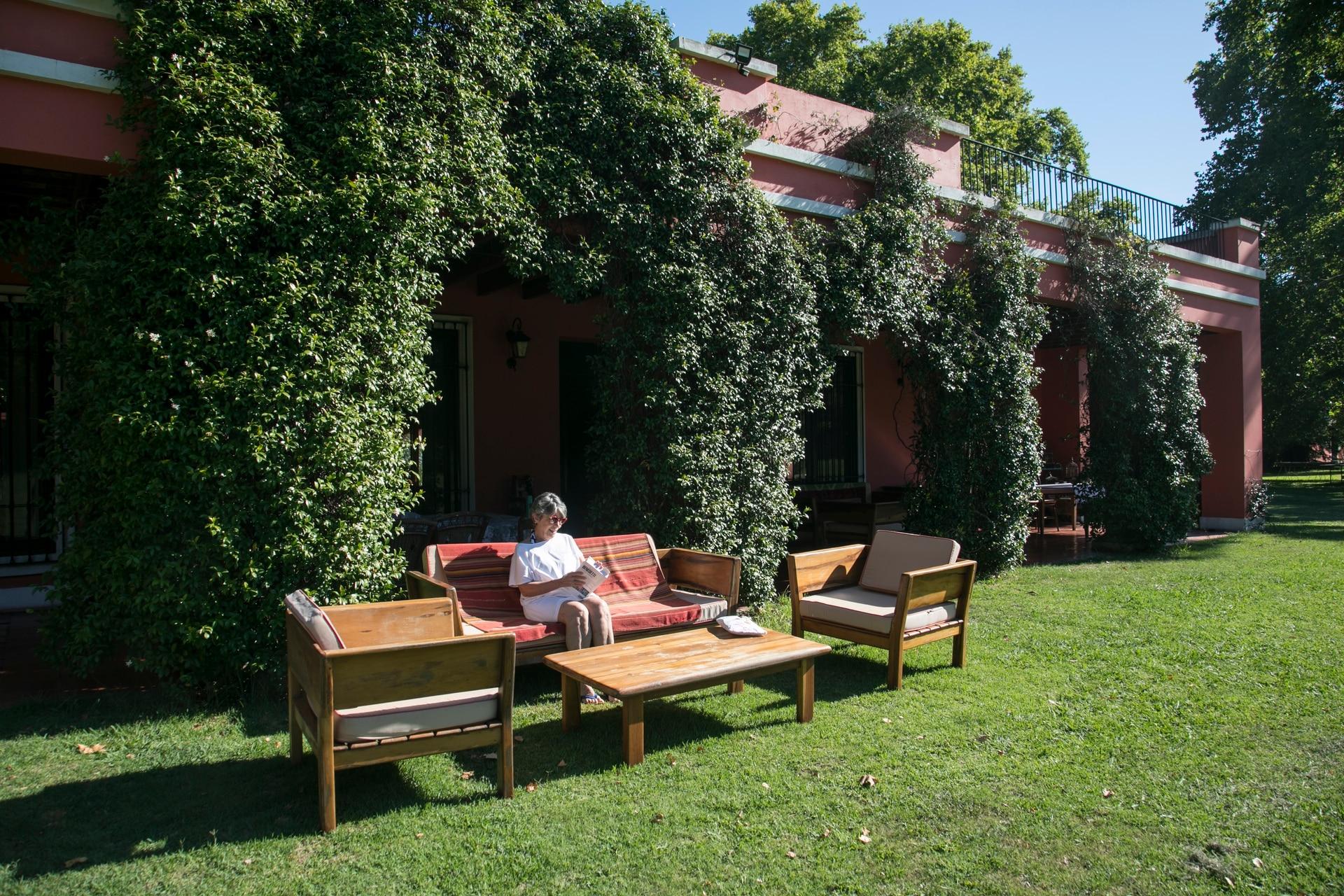 El parque se presta para leer o relajarse con vista al verde.