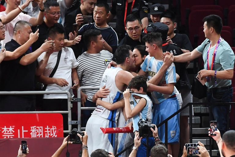 Luis Scola saluda a su familia luego del triunfo sobre Francia