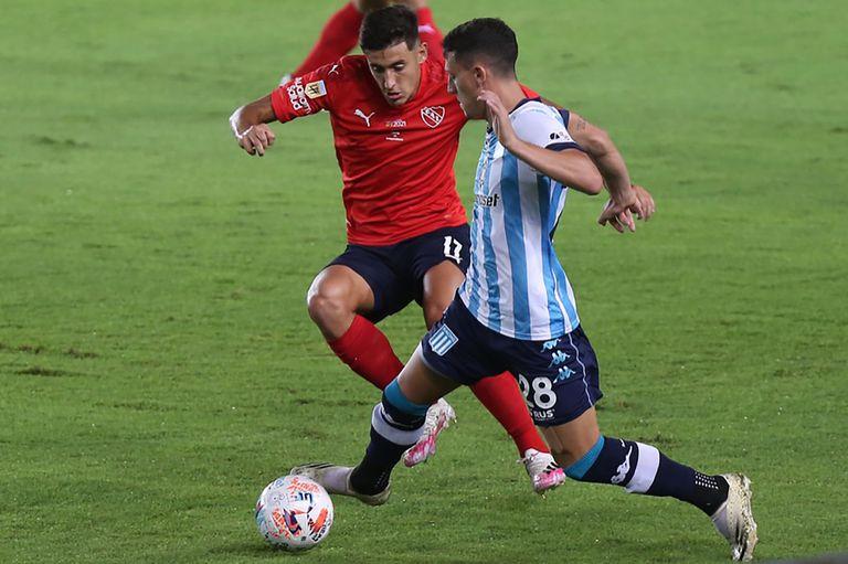 Chancalay trata de gambetear en el clásico ante Independiente