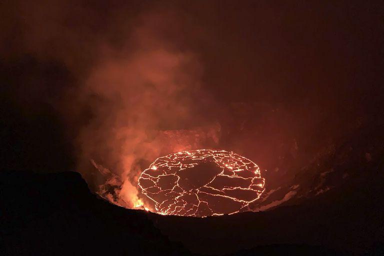En esta fotografía del 28 de diciembre de 2020 proporcionada por el Servicio Geológico de Estados Unidos se muestra una erupción en el volcán Kilauea de Hawai