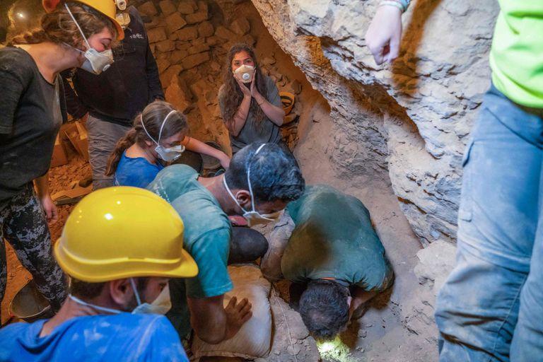 La emoción de los arqueólogos israelíes durante el hallazgo de varios artefactos históricos