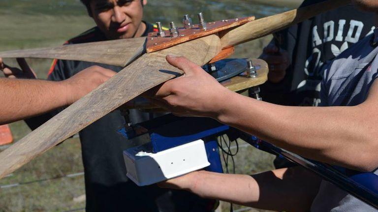 Alumnos de la escuela agrotécnica de Cholila, Chubut trabajan en la construcción del generador eólico