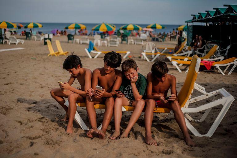 La tecnología en la playa, el dilema al definir las vacaciones con los hijos