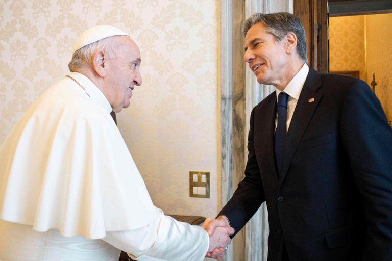 El Papa Francisco saluda al secretario de Estado de Estados Unidos, Antony Blinken
