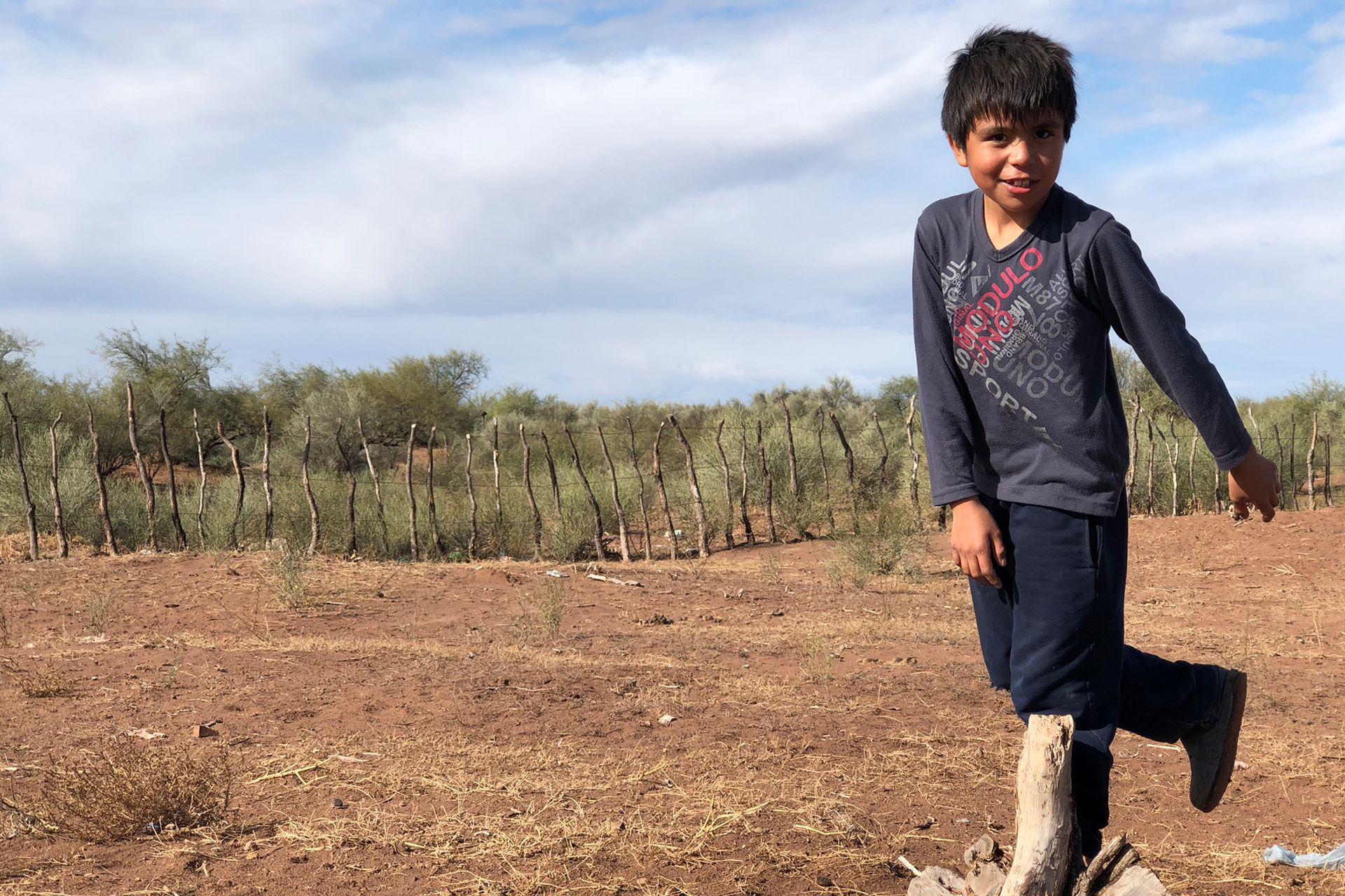 Bruno Marin Bustos tiene 8 años y tuvo que mudarse del campo a Bermejo para poder seguir estudiando. Le encanta jugar a la pelota y con las canicas con sus amigos y cuando sea grande quiere ser Policía.