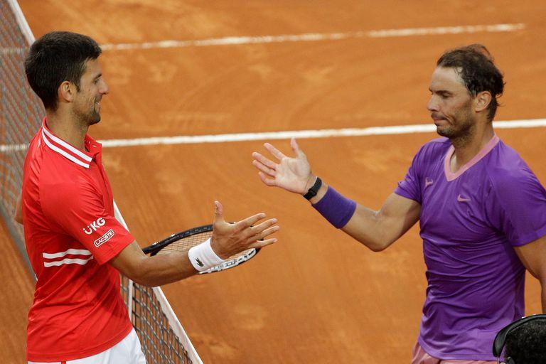 Rafael Nadal saluda a Novak Djokovic luego de vencerlo en la final del Masters 1000 de Roma.