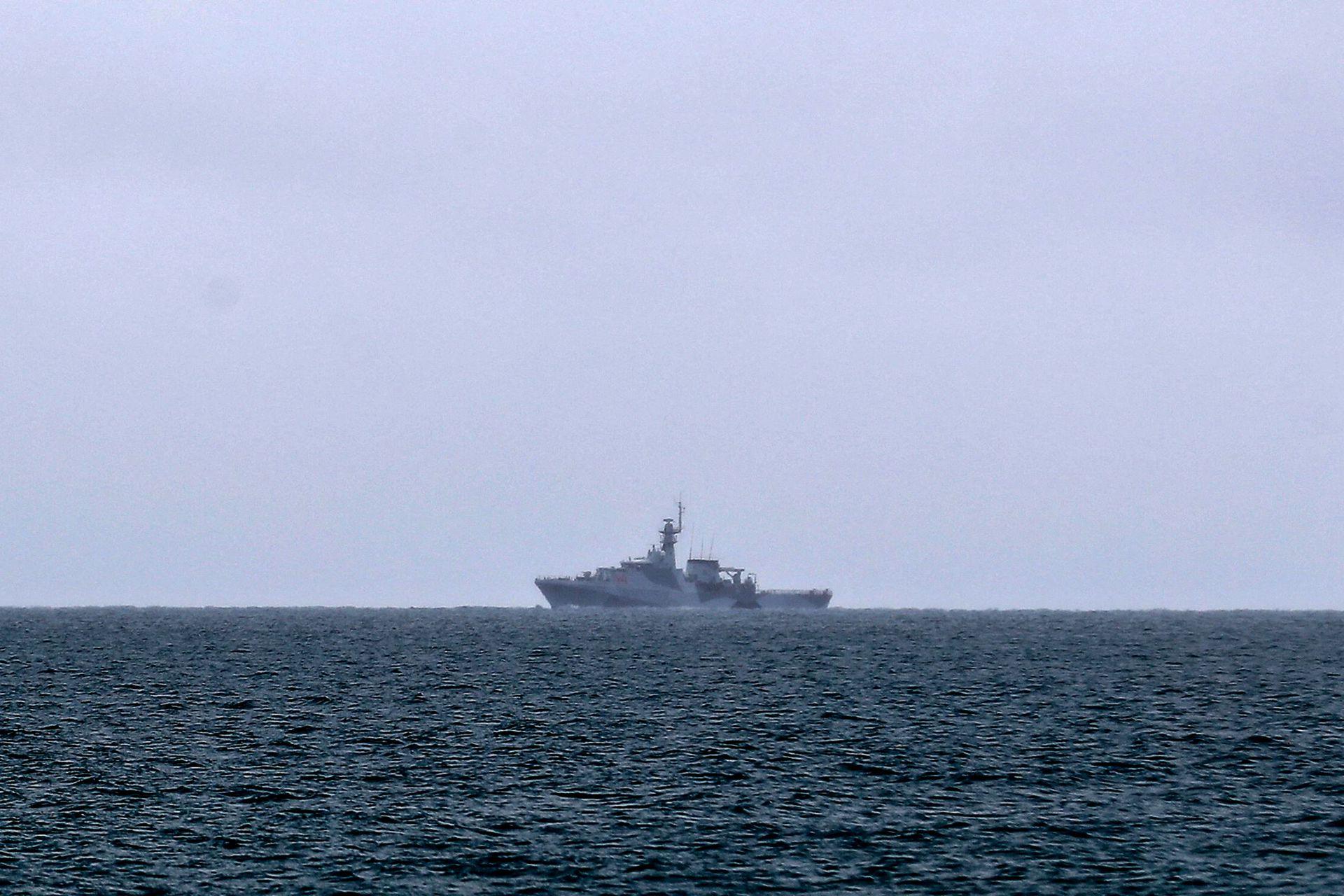 El buque patrullero de alta mar HMS Tamar de la Armada Británica patrulla las aguas frente a la isla de Jersey