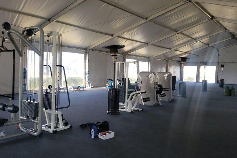 Toda la sala de musculación se trasladó al exterior, a una carpa enorme junto a las canchas, que se convirtió en un gimnasio con la indispensable ventilación natural