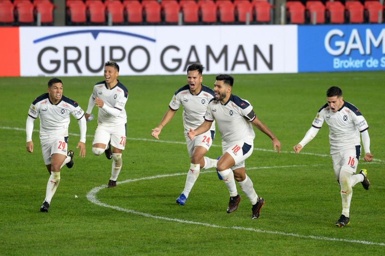 Braian Martínez acaba de convertir el último penal a pesar de los desafíos del arquero Mariano Andújar e Independiente celebra en La Plata su pase a una semifinal.