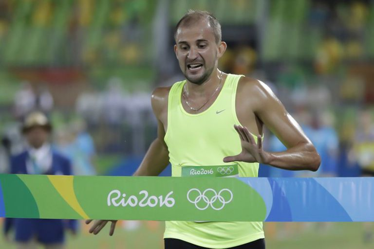 Aleksander Lesun de Rusia está a punto de cruzar la línea de meta para ganar la medalla de oro al final del pentatlón moderno masculino en los Juegos Olímpicos de Verano de 2016 en Río de Janeiro, Brasil, el sábado 20 de agosto de 2016