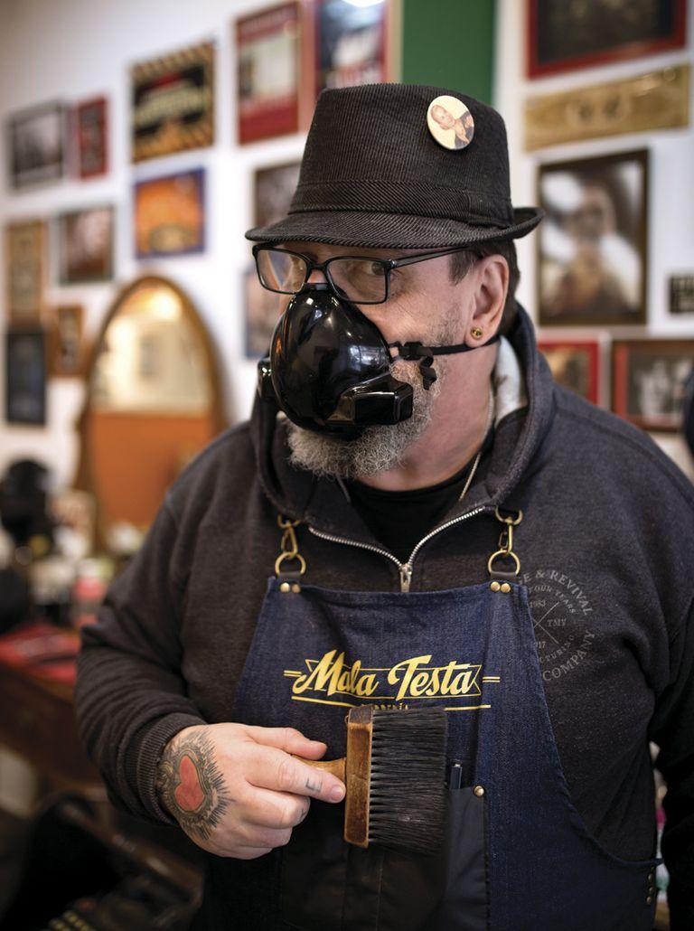 """Gustavo (59) Peluquería: Mala Testa. ¿Qué es lo que más extrañabas del local? """"El encuentro físico con los clientes, servir tragos o café""""."""